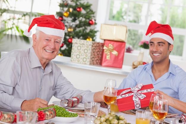 Rodzina zamiany świątecznych prezentów