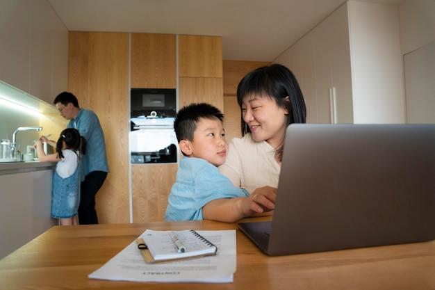 Rodzina Ze średnim Strzałem W Pomieszczeniu Premium Zdjęcia