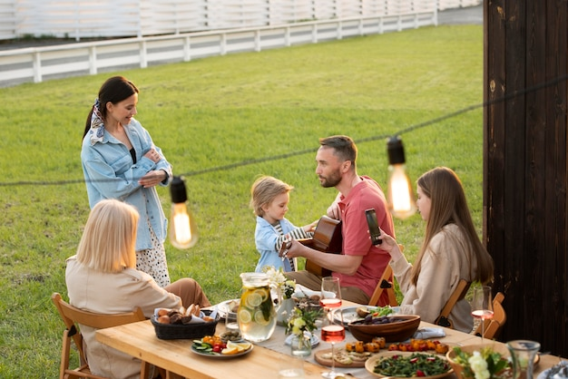 Rodzina ze średnimi strzałami przy stole
