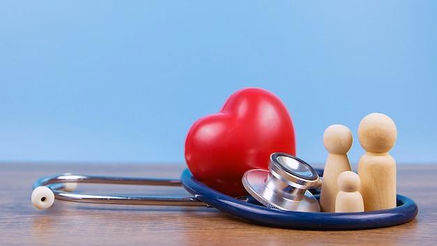 Rodzina ze stetoskopem i czerwonym sercem
