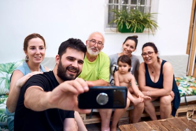 Rodzina zjednoczyła się, robiąc razem selfie