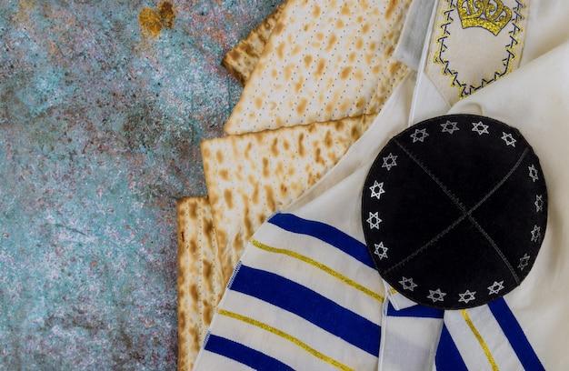 Rodzina żydowska obchodzi święto paschy maca żydowskiego przaśnego chleba
