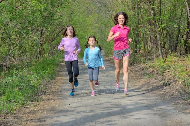 Rodzinna fitness i sport, szczęśliwa aktywna matka i dzieci biegające na świeżym powietrzu, biegające w lesie