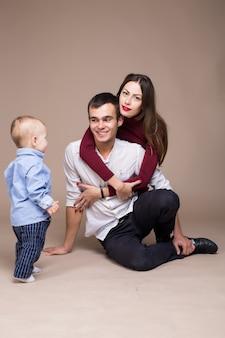 Rodzinna fotografia studyjna. ciepłe tło
