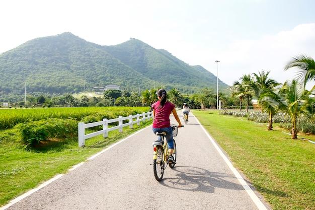 Rodzinna góra jechać na rowerze na lasowym śladzie