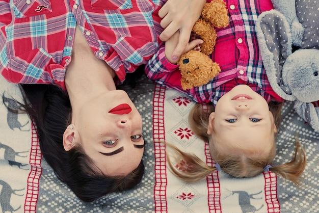 Rodzinna noworoczna sesja zdjęciowa matki i córki w lipcu z prezentami w parku
