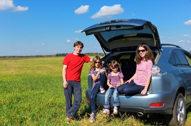 Rodzinna podróż samochodem na wakacje, szczęśliwi rodzice podróżują z dziećmi i dobrze się bawią. pojęcie ubezpieczenia samochodu