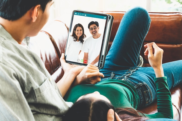 Rodzinna szczęśliwa rozmowa wideo, pozostając bezpiecznym w domu podczas koronawirusa covid-19