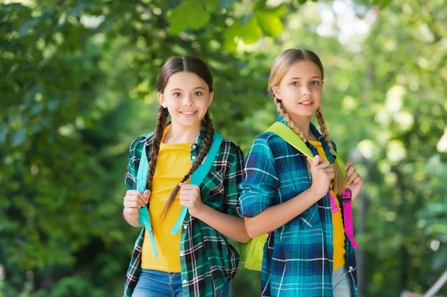 Rodzinna wycieczka. małe dzieci naturalny krajobraz. wycieczka z plecakiem. cel podróży. wakacje letnie. trend w modzie casual. zamiłowanie do włóczęgi. przyjaźń z dzieciństwa. podróż najlepiej mierzyć w przyjaciołach.