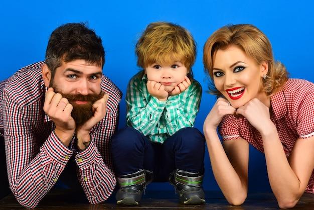 Rodzinne dzieci i ludzie koncepcja uśmiechnięci szczęśliwi rodzice i dziecko w kraciaste ubrania szczęśliwa rodzina