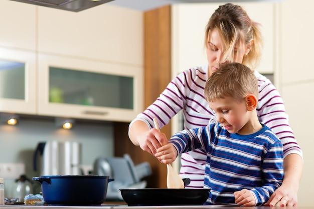 Rodzinne gotowanie w kuchni