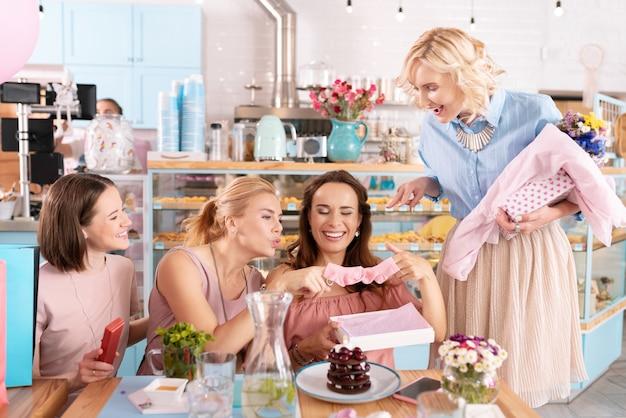 Rodzinne kobiety. cztery kobiety z rodzin odnoszących sukcesy czują się niezapomniane podczas zabawy podczas rozmowy o macierzyństwie