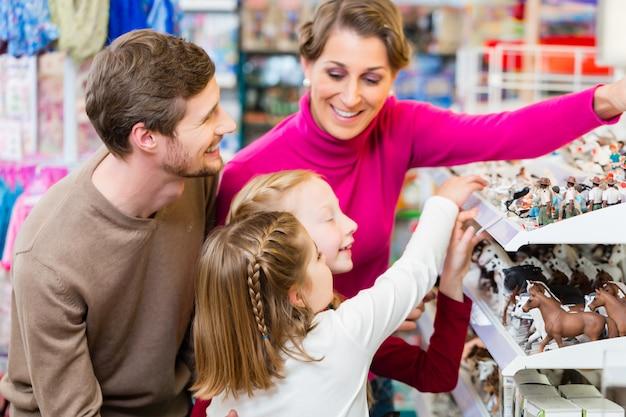 Rodzinne kupienie zabawki w sklepie z zabawkami