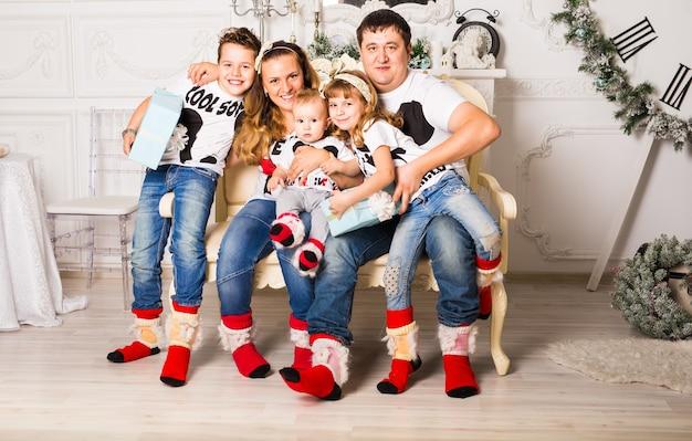 Rodzinne otwarcie świątecznych prezentów w domu razem.