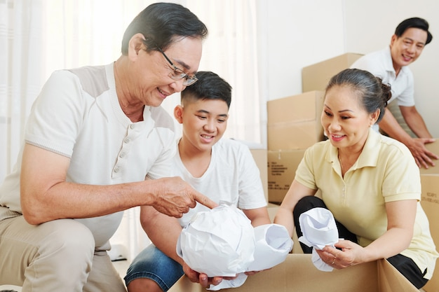 Rodzinne pakowanie i pakowanie rzeczy