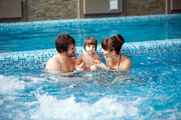 Rodzinne pływanie w basenie