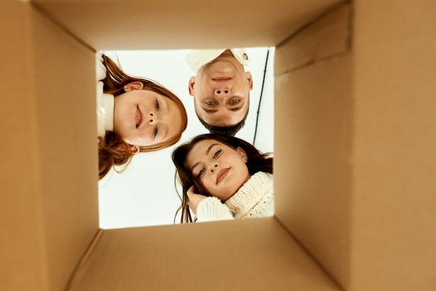 Rodzinne rozpakowywanie kartonów w nowym domu na białej powierzchni