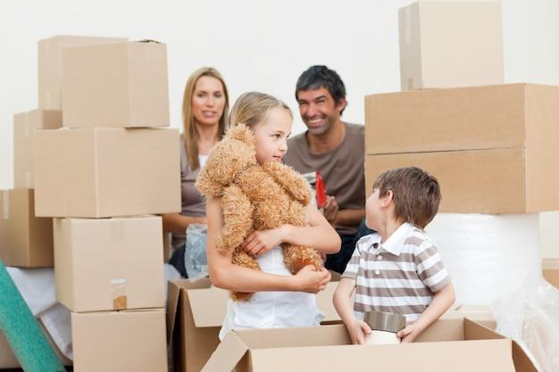 Rodzinne rozpakowywanie pudełek po wprowadzeniu