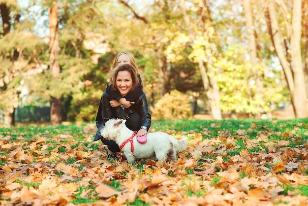 Rodzinne spacery z psem w jesień parku