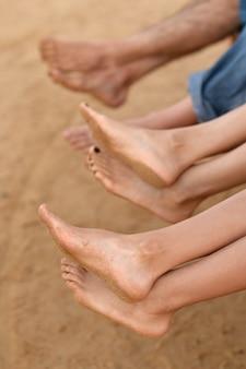 Rodzinne stopy na tle plaży z bliska