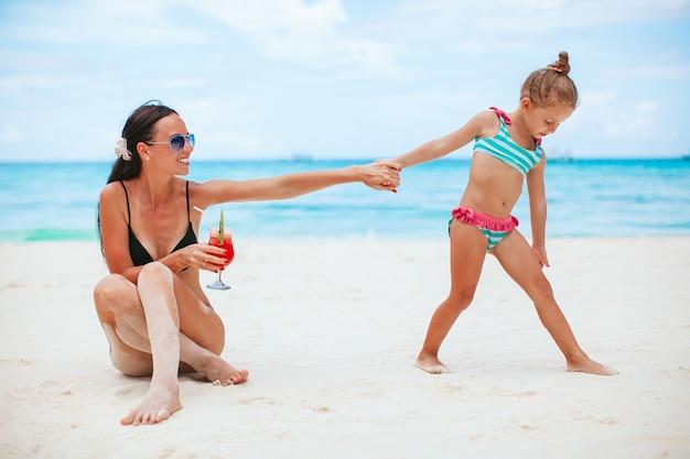 Rodzinne wakacje. matka i córeczka na wakacjach na plaży