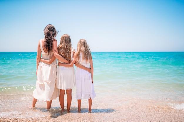 Rodzinne wakacje. matka i dziewczynki na wakacjach na plaży