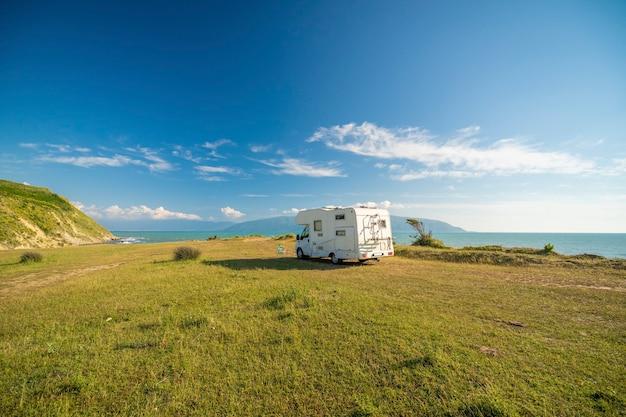Rodzinne wakacje podróż rv, wyjazd na wakacje w kamperze, wakacje w przyczepie kempingowej. piękna przyroda albania naturalny krajobraz.