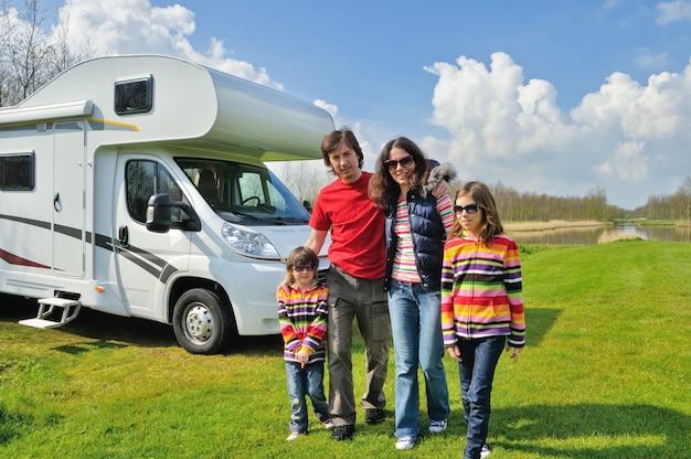 Rodzinne wakacje, rv (camper) podróżują z dziećmi, szczęśliwi rodzice z dziećmi bawią się podczas wakacyjnej podróży samochodem kempingowym