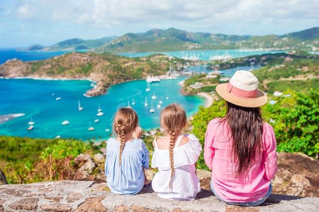 Rodzinne wakacje. widok english harbour od shirley heights, antigua, rajska zatoka na tropikalnej wyspie na morzu karaibskim