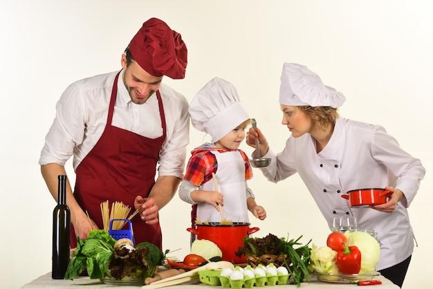 Rodzinne wspólne gotowanie. rodzinne wspólne gotowanie. zdrowa żywność w domu. zdrowy tryb życia. reklama. restauracja.