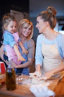 Rodzinne wspólne gotowanie w kuchni