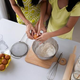 Rodzinne wspólne gotowanie z bliska