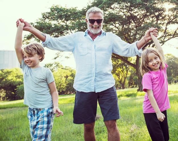 Rodzinni pokolenia wychowywa więź relaksu pojęcie