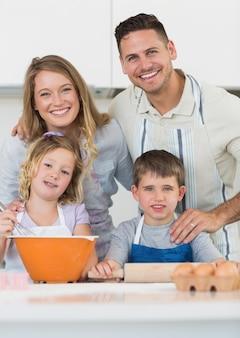 Rodzinni wypiekowi ciastka przy kuchennym kontuarem