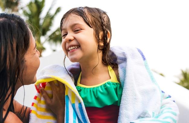 Rodzinny basen bawić się więź wakacje