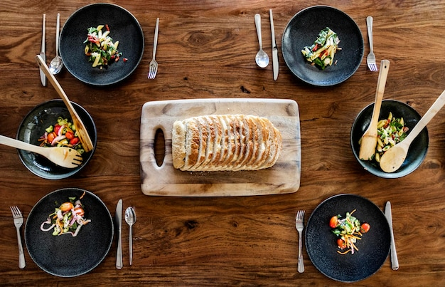 Rodzinny brunch wegański z domowym chlebem i sałatką z makaronu