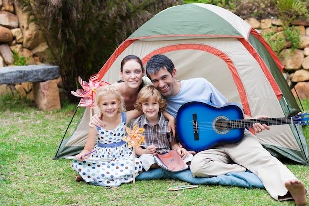 Rodzinny camping i gra na gitarze
