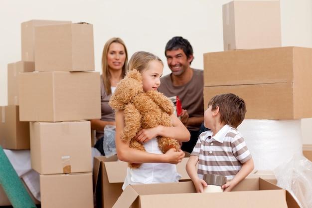 Rodzinny dom w ruchu z pudełka