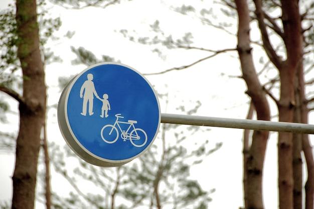 Rodzinny i rowerowy znak drogowy na niebiesko