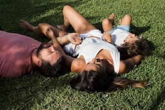 Rodzinny lying on the beach na trawie w parku