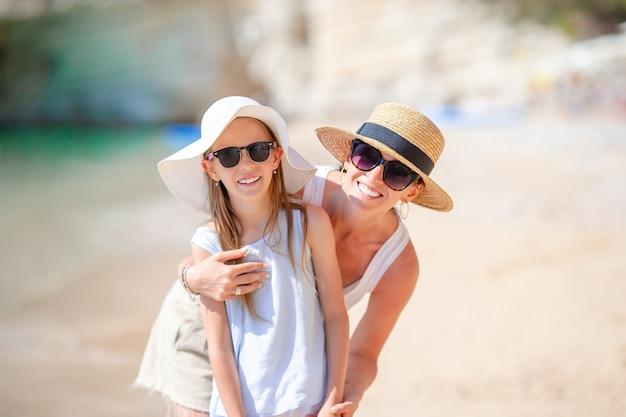 Rodzinny na tropikalnej plaży. mama i dziecko cieszą się z wakacji