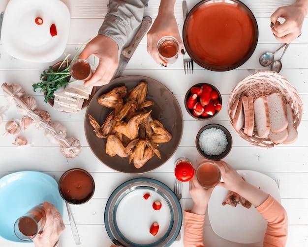 Rodzinny obiad z widokiem z góry pieczonymi skrzydełkami z kurczaka