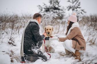 Rodzinny odprowadzenie w zima parku z ich psem