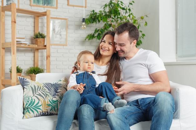Rodzinny relaks na kanapie