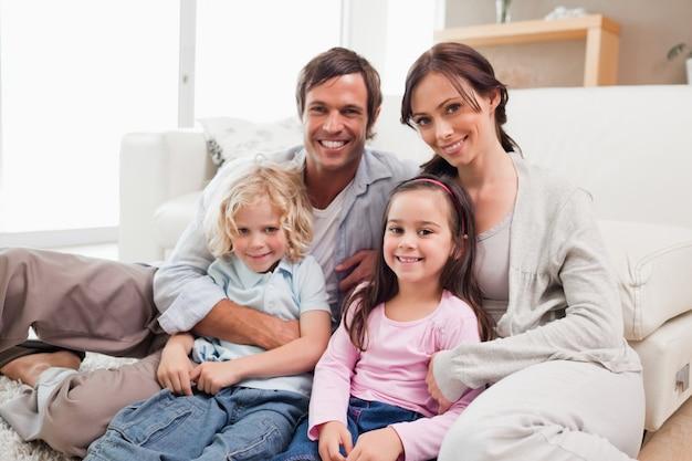 Rodzinny relaksować na kanapie