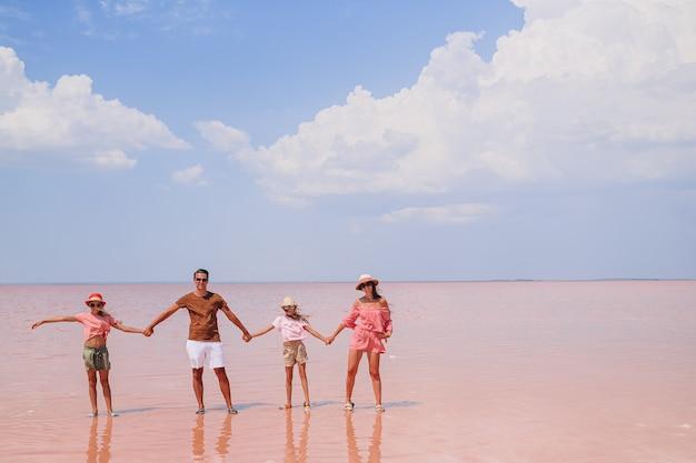 Rodzinny spacer po różowym słonym jeziorze w słoneczny letni dzień.