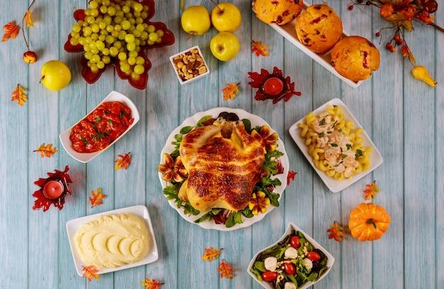Rodzinny stół obiadowy z jedzeniem na święto dziękczynienia.
