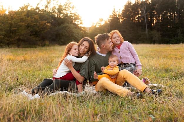 Rodzinny styl życia na świeżym powietrzu w okresie jesiennym