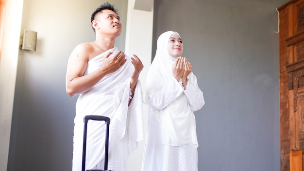 Rodziny muzułmańskie modlą się o udanie się do umrah