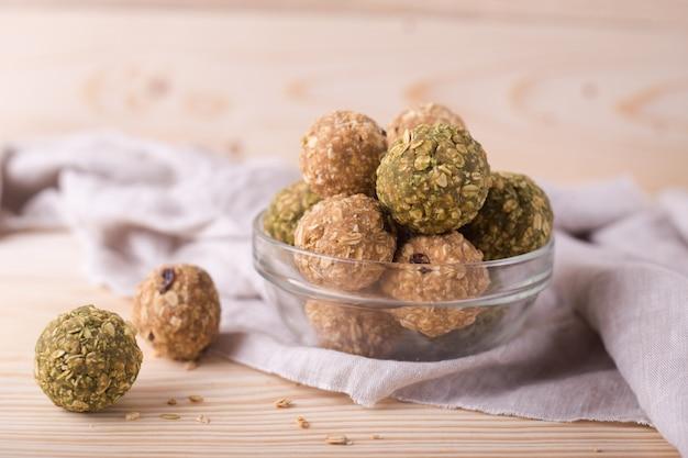 Rodzynki migdałowe kulki z miodem. matcha zielona herbata data muesli owocowe kulki energetyczne.